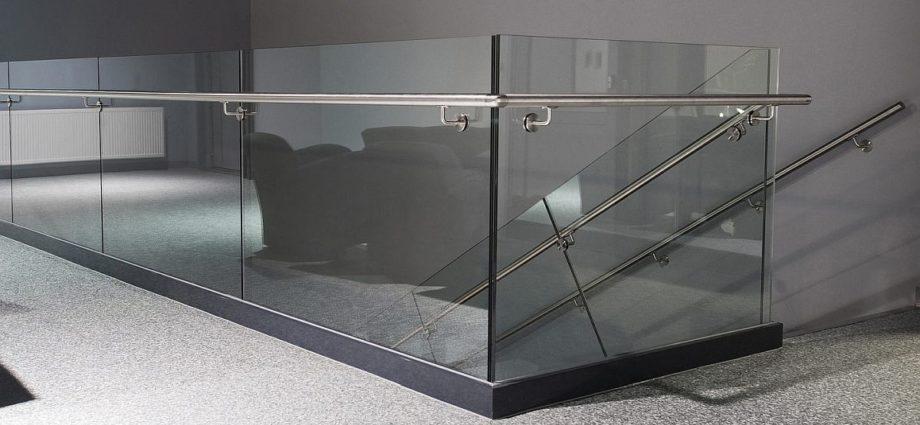 Stiklo laiptu turėklai šiuolaikiniam interjerui