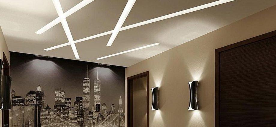 Įtempiamos lubos su tiesiomis šviestuvų linijomis lubose